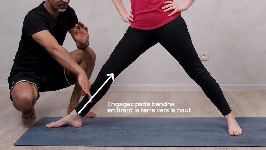 Engagez le pada bandha (verrou des pieds) pour la posture du guerrier 2