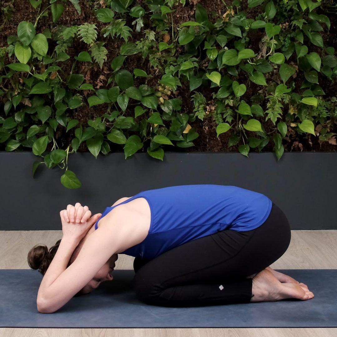 balasana : une variation pour mieux respirer. Une bonne respiration aide à développer la confiance en soi