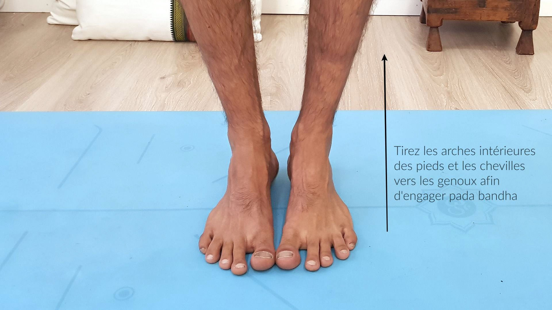 Engagez le pada bandha (verrou des pieds)